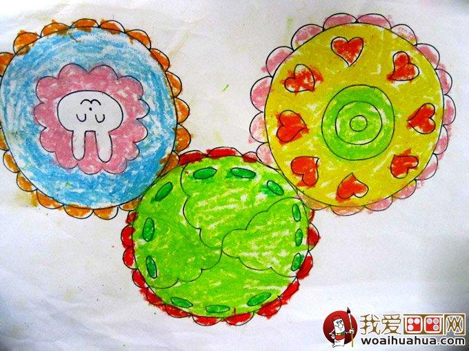 月餅是中秋節必備的實物,也是小朋友們最喜歡的食物之一。所以,月餅也成為了八月十五中秋節時候同學們要學習和繪畫的主體。但是,找來找去,月餅的簡筆畫和兒童畫實在是太少了,編者費了九牛二虎之力才收集到以下幾幅有關月餅的幼兒信手涂鴉的兒童簡筆畫,希望小朋友們珍惜,好好學習哦。