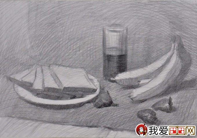 盘子面包,可乐,香蕉草莓,报纸毛巾静物组合素描写生过程(2)