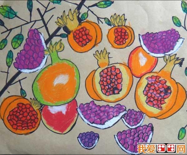 丰收的秋天儿童画作品欣赏 秋天是一个瓜果飘香的季节;秋天是一个播种希望的季节。成筐的柑桔、成堆的荔枝,都很新鲜,令你垂涎欲滴。 以上就是关于丰收的秋天儿童画作品欣赏的全部内容,感兴趣的朋友请继续关注我爱