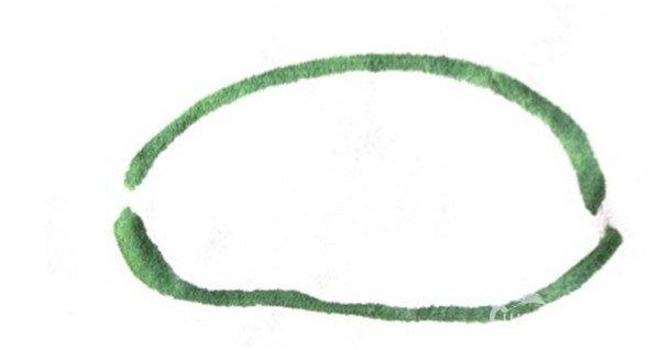 1、用大笔调花青、藤黄为深绿色,笔尖入纸画椭圆,画切开一半的西瓜。  国画西瓜的画法步骤一 2、用几笔侧锋画出西瓜皮。  国画西瓜的画法步骤二 3、用狼毫笔蘸水调浅曙红,笔尖蘸深曙红,用侧锋在瓜瓤的位置画出椭圆形,瓜皮瓜瓤间要留一点空白(西瓜皮的白瓤)。  国画西瓜的画法步骤三